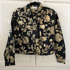 Sælger denne jakke, da den bare har ligget i skabet et år nu.