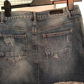 Denim nederdel fra pieces i str xs Aldrig brugt, kun prøvet på  Køber betaler fragt BYD :)