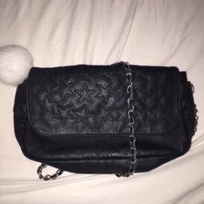 Sort taske med læderlook + lang rem
