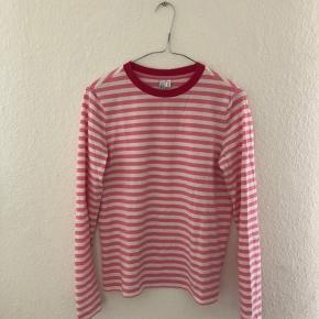 Fin trøje fra &other stories. I fine hvide og lyserøde striber.  Er en str 34 men passer mig og jeg er en small