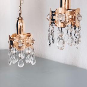 Så fine og så søde lamper med krystaller 〰️💡 450kr samlet 🍬💕( swipe for billeder). Originale ledninger og med let patina inderst på messingen. // sender gerne 💌