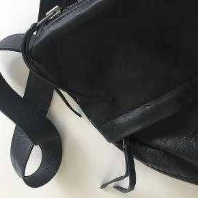 Varetype: Blød skindtaske - helt ny Størrelse: 43 x 33 Farve: Sort Oprindelig købspris: 1000 kr.  Fantastisk design. Super lækker taske med to store lynlåsrum og et indvendigt lynlåsrum. Tasken er rundskåret og sidder rigtig godt som crossover.