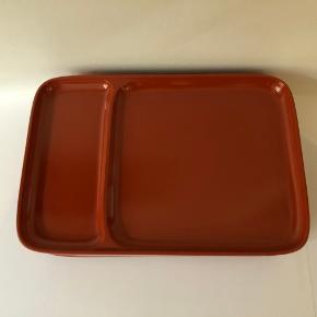 Tallerkner i hård plast fra Rosti i fin stand. Farven er rødbrun. Bredden måler 30cm, dybden 20cm og højden 2cm. 6stk som sælges samlet.