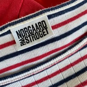 Jeg sælger denne fine Mads Nørregaard trøje. Den er kun blevet brugt et par gange og er derfor også i super fin stand🌸 Nypris var 255 kr.  BYD endelig💛