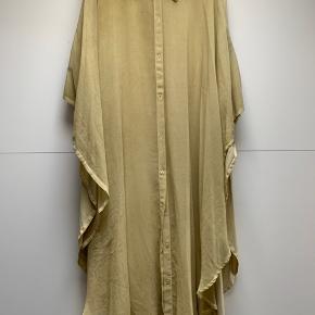 Smuk skjorte kjole med store slidser i siden Transparent forpå og blød Jersey bagpå Smuk meget lys gul farve    #30dayssellout