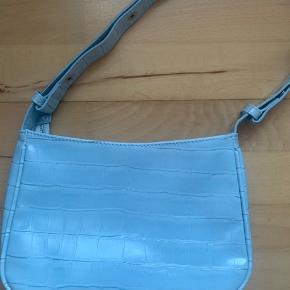 Smukkeste farve og fineste taske. Den er aldrig brugt, så kom med et bud :-)