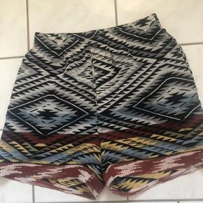 Lækre silke shorts Elastik i talje samt knaplukning Sidelommer Talje 2 x 36 Fuld længde 40,5 Passer også str m