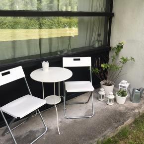Møbler til altan med tilbehør. Sælger alt hvad der ses på billedet. Helst samlet. Der sælges havebord med lysestage, klapstole med beige hynder, lanterner med lys, kunstig blomst med tilhørende urtepotteskjuler. Den store haveplante som ses på billedet er ægte og der blomstrer hvide blomster om sommeren. Hertil fås en sølv vandkande med. Jeg har købt tingene i IKEA, Jysk og Bilka for samlet set lidt over 1000kr. Sælger alt for 350kr samlet. Skriv hvis du har interesse. Skal afhentes i Århus.