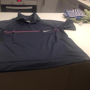 Varetype: BluseStørrelse: 8/10 Farve: Grå  Fin bluse fra Nike . Brugt få gange. Prisen er inkl fragt.