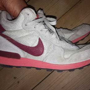 Nike internationalist mid i grå, lyserød og bordeaux Bærer præg af at være brugt, men stadig i fin stand. Se billeder