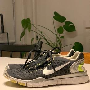 Nike free 5.0 sneakers i str. 36,5. Sort med lime grøn og let sølv.