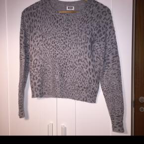 Leopard sweater fra MTWTFSS Weekday.  Kan godt forhandles med😊