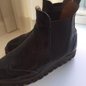 Støvler fra Ganni (Erin Cracked boots), str. 38.  Bytter ikke. Kan sende med DAO, køber betaler fragt.