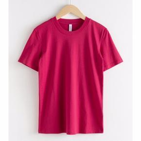 Pakke med 2 t-shirts fra & Other Stories sælges samlet. De er begge str. 38 og vasket 1 gang. Ingen pletter, lugt eller skader. Den ene er pink, den anden brun/orange.  Prisen er for begge to.