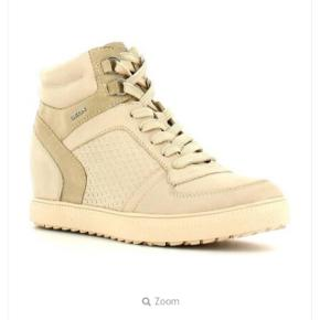 Geox D54S9D  For flere billeder se i kommentar.  Nypris: 1200kr.  -Color: Beige. -Outer Material: Smooth Leather. -Inner Material: Fabric. -Sole: Gum Rubber. -Closure: Zip. -Heel Type: Wedge Heel. -Sole thickness: 2,5 cm. -Sole: high-quality material. -Heel height: 6 cm.  Se også mine andre annoncer ;)