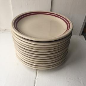 Samlet pris for 13 stk. små frokosttallerkner.  Porcelæn tallerkner fra CP made in GDR. Perfekte kagetallerkener til fødselsdagen 🇩🇰 (Ø:17,5).