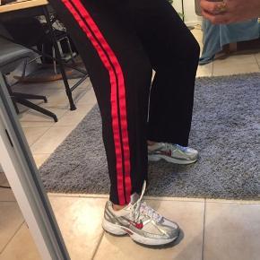 Vildt fede Gestuz bukser med røde striber. Næsten ikke brugt. Jeg er 172 høj