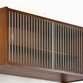 Poul Cadovius skabsmodul i teaktræ med skydelåger. Skydelågerne er i glas - stribet klart og matteret glas.  Vintage - System Royal.  Mål : H. 38 x B. 80 x D. 28 cm.