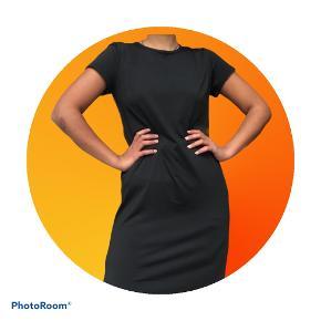 Basic sort kjole, giv et bud 😊