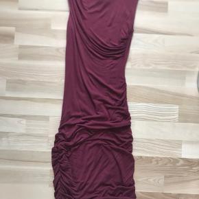 Fin vinrød kjole fra gestuz. Tætsiddende og kort. I det blødeste stof