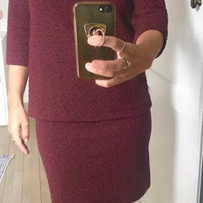Smuk  kjole fra Ganni i klar bordeaux farve. Kun brugt få gange. Flot pasform. Passer også en str 36 (og mig som er en lille 38 - se foto).  Se også mine andre annoncer (Aiayu mm). Rabat ved køb af flere ting.