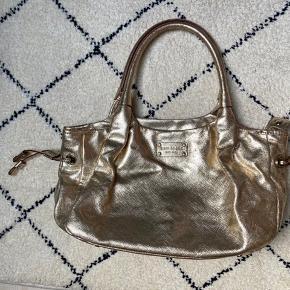 Kate spade guld håndtaske. Byd gerne.   Tjek mine andre annoncer med #dior #prada #fendi #gucci #katespade #lanvin #APC #celine #céline #chloé #coach  #30dayssellout
