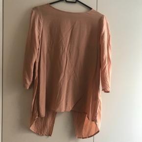 BYD super sød trøje, med en åbning bagi.