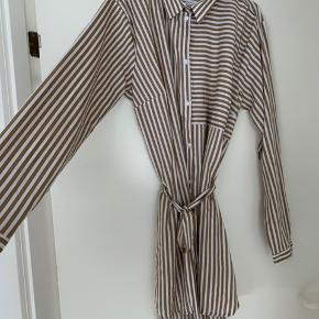 Fin hvid kjole med brune striber. 🌸 Bindebånd til taljen medfølger!  Tager hverken retur, eller bytter.🌵