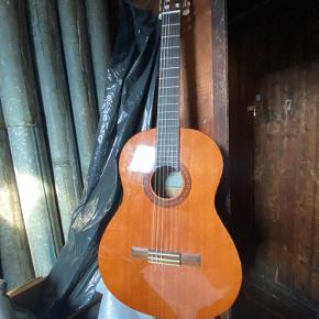 Akustisk guitar. Kender ikke mærket. Har brugstegn! Virker som den skal.