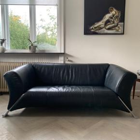 ROLF BENZ SOFA  Sort 2,5-personers lædersofa fra Rolf Benz.  Nypris var omkring de 25000kr og er købt hos Olsen Møbler for et par år siden.  Sælges hurtigt grundet flytning.  Mål:  L: 185cm D: 90cm H: 68cm