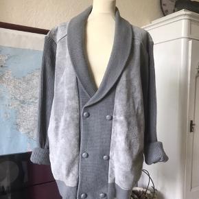 Fed jakke/Trøje i strik og ægte ruskind. Ikke brugt ret meget.