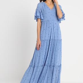Fin kjole fra Selected Femme i str. 34. Kjolen er aldrig brugt, kun vasket 🌸 Jeg er 164 cm og den rører lige præcis gulvet til mig ☺️  Np var 1000 kr