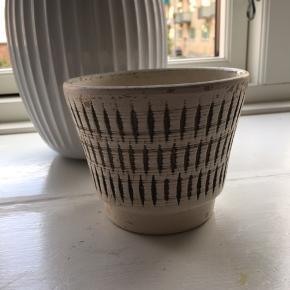 Meget gammel potteskjuler, h: 10 cm og ø: 12,5 cm. Dansk design, Rögild
