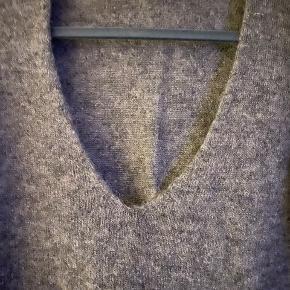 Lækker trøje, der er let, blød og varm. Indeholder 45% Kid mohair, 27% nylon, 18% akryl og 10% elastane.