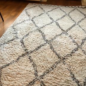 Sælger dette marokkanske gulvtæppe, som trænger til at blive støvsuget op, da mærker afspejles fra hvor sofaen har stået (se billeder)