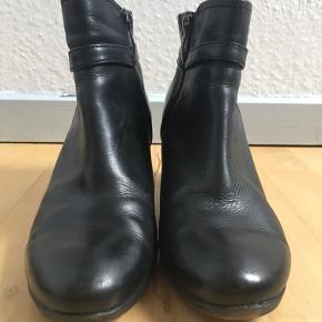 Super lækre ankelstøvler fra Tamaris med rund snude, lille blokhæl og spænde på siden. Støvlerne er forede, har gummisål og hæleflikkerne er skiftet for nylig. Lukkes mes lynlås i siden. 100% ægte læder. Str. 40. Kom med et bud. NP: 800kr.  Varen befinder sig i 9520 Skørping. Sender med DAO.  Se også min øvrige annoncer. Jeg sælger tøj, sko og accessories. Pt er min shop fuld af vintagekup, high street fund og mærkevarer i mange forskellige str. Kig forbi og spøg endelig!!