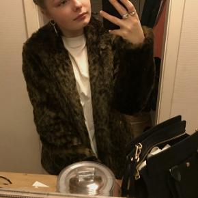 Sælger Sofie Schnoor leopard pels jakke. Aldrig brugt!! Str L, men svarer mere til en M-L/40  Np: var omkring de 1.500 ,- Tager ikke imod bud under 400:))