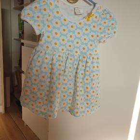 En rigtig fin kjole med indbygget bodystock er kun brugt en gang fejler intet. Jeg sender men kun hvis i betaler for fragt.