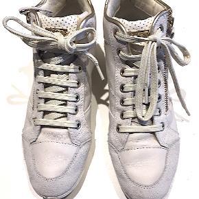Høj skaftede sneakers fra GEOX, brugt ganske få gange, er som nye. Køber betaler fragt.