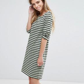 Smuk enkelt bomulds kjole i smart sømands look. MIN ER MØRKE GRØN. Velholdt bud fra 150pp + gebyr handler gerne mobilpay sender med DAO