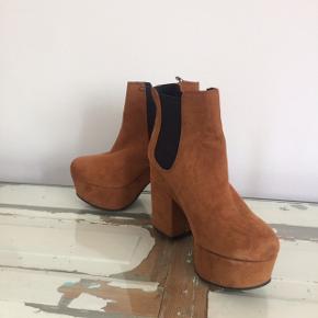 Flotte brune støvler. Blevet brugt 1 gang, god stand men med få pletter