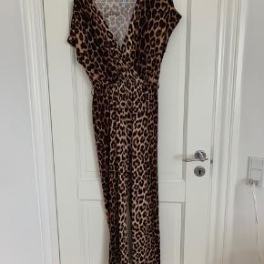 Leopard buksedragt i str small.