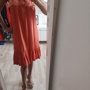 Smuk CCDK kjole med blonder . Aldrig brugt . Str.40 nypris Længde 103-104 Bryst: 51-53 cm Viscose og polyester
