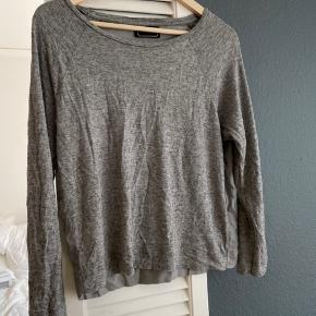 Lite brugt. Fin grå sweater ish med kul ryg. #sundaysellout