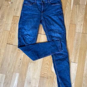 Sælger disse mørkeblå jeans fra verom Moda str small længde 32  De er brugt men er i rigtig pæn stand  Np 199kr. Sælges for 40kr uden fragt. Sender gerne  Se gerne mine andre billige og pæne ting til salg