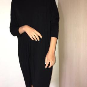 Sælger denne kjole fra Moss Copenhagen i en str one size🌸🌸 Er åben for bud! Send pb for mere info🌸🌸