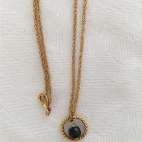 ZANZLØSA guldkæde (messing belagt med guld)  i 45 cm længde med guld/sort perle vedhæng.