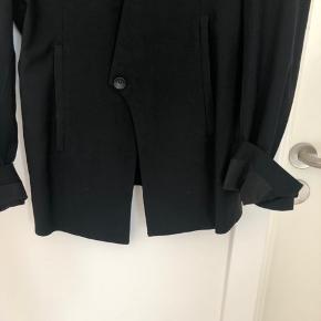 Så fin og alt anvendelig Helmut Lang blazer sælges! Størrelse 4 = tilsvarer en str. 36/small.