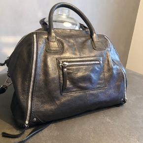 """Markberk taske lavet i samarbejde med blogger Christina Dueholm. Tasken er fra første oplæg og i super lækker læder. Brugt få gange og i super fin stand.  Mål: 38cm Højde: 30 cm  Der kan sagtens være en MacBook 13"""" i."""