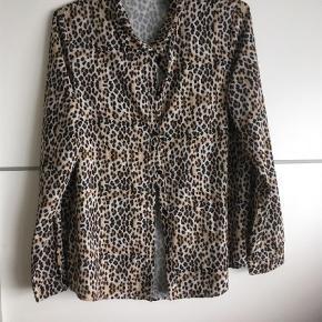 Brand: Noella Varetype: Bluse Farve: Leopard Oprindelig købspris: 400 kr. Prisen angivet er inklusiv forsendelse.  Brugt et par gange